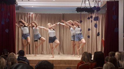 Skolā viesojas norvēģu deju grupa